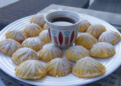 Ciasteczka maamoul podane z kawą w libańskim kubku