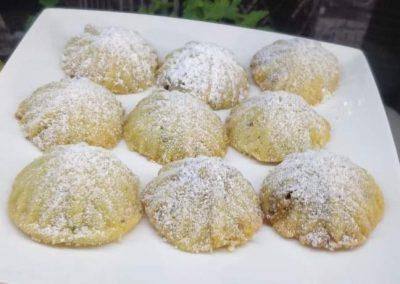 Gotowe maamoul posypane cukrem pudrem