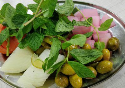 Talerz dodatków - mięta, pomidor, cebula, oliwki i rzepa