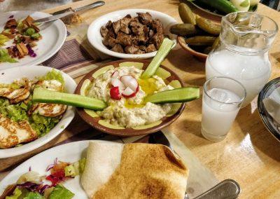 Libańska kolacja z dzbankiem araku