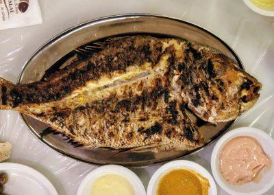 Grillowana ryba z zestawem sosów