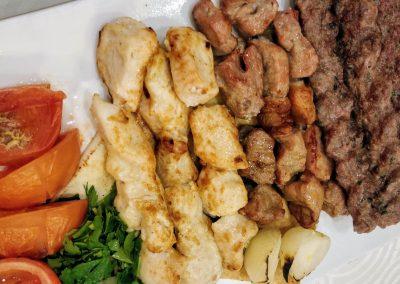 Talerz grillowanego mięsa z dodatkami